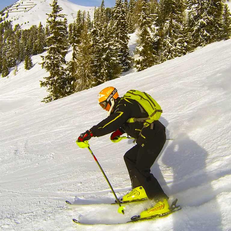 Инструктор по горным лыжам и сноуборду